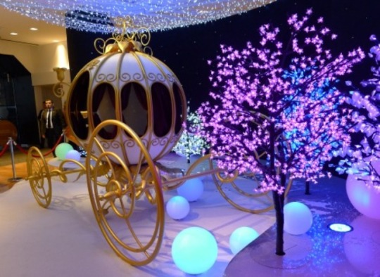 Paris-Perfect-Galeries-Lafayette-Christmas-Windows-2012-Disney-Cinderellas-Carriage