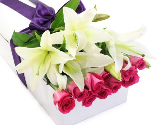 white-oriental-lilly-and-pink-rose-gift-box